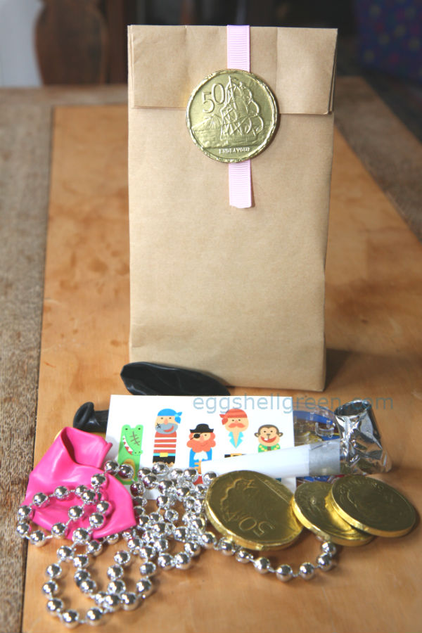 Favour bag with pirate treasures